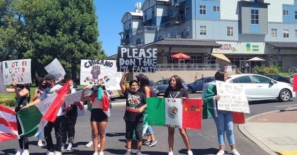 La política migratoria de la actual administración federal separa familias. Manifestantes pronuncian su apoyo a los inmigrantes detenidos por ICE.