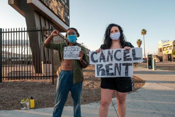 Manifestantes se alinean frente al estadio Banc of California para exigir el congelamiento del alquiler durante la pandemia. Foto: Chava Sánchez / LAist.