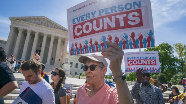 Mmanifestantes se protestan frente a la Corte Suprema de Estados Unidos en abril de 2019 contra los esfuerzos de la administración Trump para agregar al censo 2020la pregunta de ciudadanía, ahora bloqueada. Foto: https://www.nhpr.org.