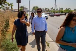 Cristina García muestra su distrito a Jared Blumenfeld en agosto de 2019. Foto: Oficina de García.