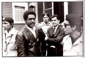 Bobby Seale de las Panteras Negras, el líder chicano Reies Tijerina (al centro, de brazos cruzados ), y Brown Berets en Defremery Park en West Oakland, 1968. Foto: https://twitter.com.