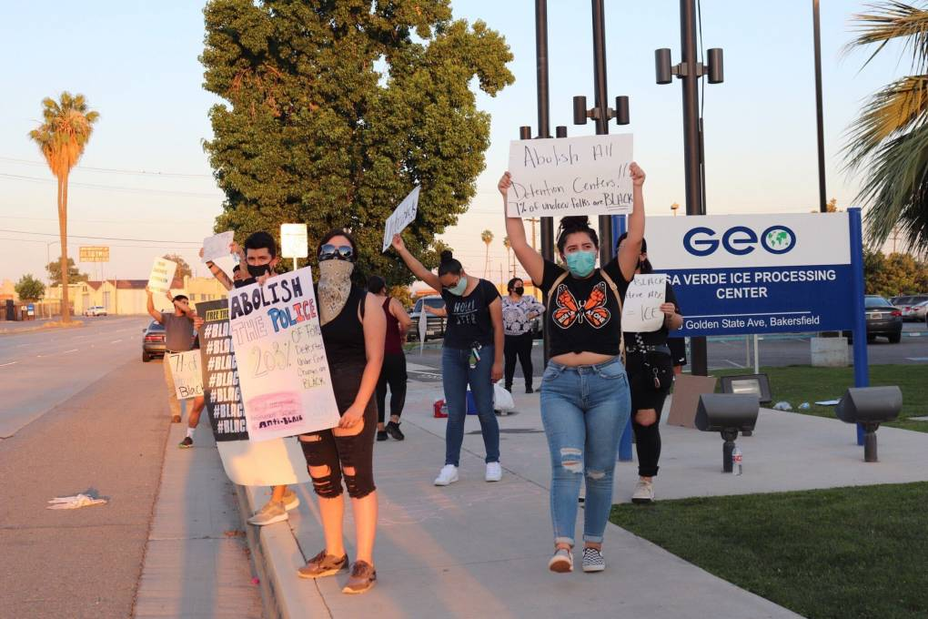 Protesters hold signs outside the Mesa Verde ICE Processing Center in Bakersfield on June 4, 2020. Foto: Courtesia de Tania Bernal.