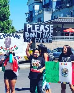 Manifestantes latinos protestan contra la separación de familias inmigrantes.