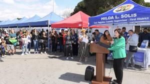 Supervisora Hilda Solis habla durante una feria de salud en la zona contaminada.