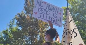 Vecinos anglo apoyando espontáneamente a la comunidad latina.