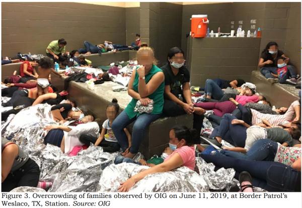 Condiciones de hacinamiento de mujeres inmigrantes detenidas en el centro de detención de ICE en Weslaco, Texas. Foto:  https://www.cato.org.