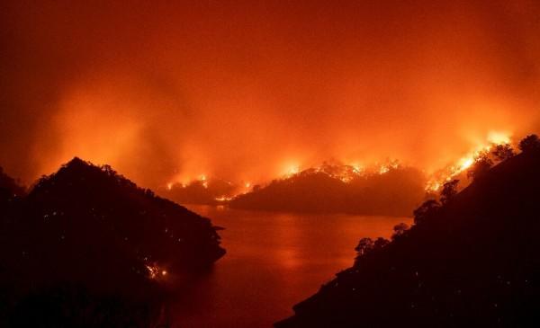 Las llamas rodean el lago Berryessa durante el incendio del LNU Lightning Complex en Napa, California, el 19 de agosto de 2020. Foto: https://phys.org/news.