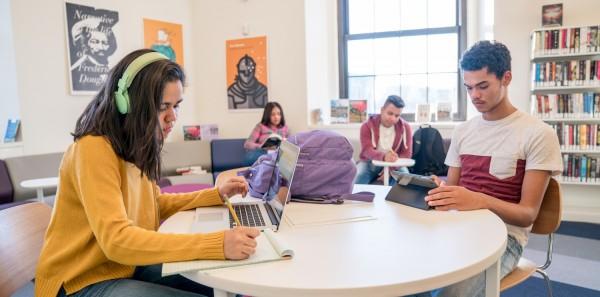 Estudiantes latinos asisten a la Biblioteca pública de Nueva York para hacer su tarea porque no tienen Internet en casa. Foto: Biblioteca Pública de NY.