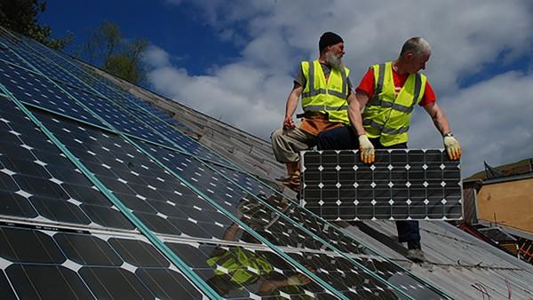 Instaladores latinos de paneles solares expuestos a la contaminación y los climas extremos. Foto: https://www.communityresourceproject.org.