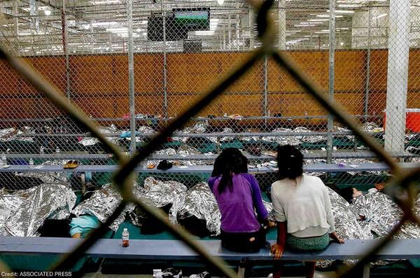Esta es la realidad que persiste en centros de detención de ICE, dnde las mujeres que muchas veces viven encerradas con sus hijos e hijas son sometidas a procedimientos médicos innecesarios, como las histerectomías. Foto: https://www.aclu.org.