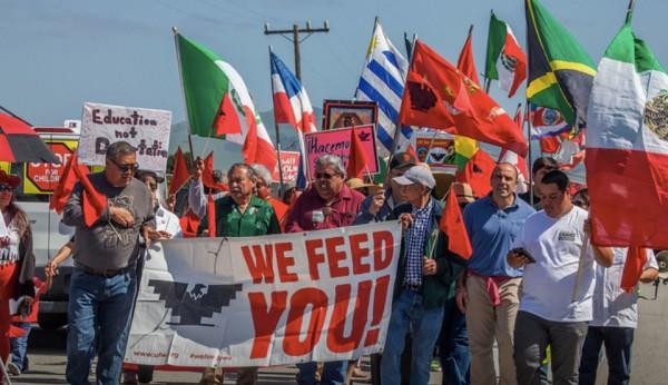 Trabajadores de empacadoras de carnes y verduras, de la UFW, protestan en Salinas California por las condiciones laborales de los trabajadores migrantes. Foto: Peoples World.