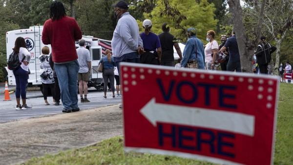 Votantes hacen fila para la votación anticipada en una estación de votación móvil del condado de Fulton, Georgia, el 12 de octubre. Los funcionarios electorales están cada vez más preocupados por la intimidación de los votantes el día de las elecciones. Foto: https://www.pewtrusts.org.