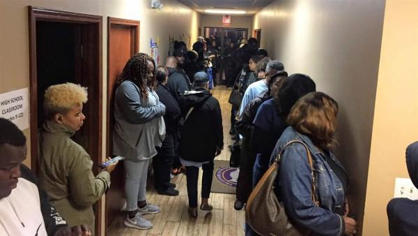 Durante el último día de la votación anticipada, los votantes se apresuraron a entrar al centro de votación del Templo de Alabanza Ungido en Memphis. Preocupados de que no pudieran controlar a las multitudes, los trabajadores electorales llamaron a la policía.  Foto: The Pew Charitable Trusts.