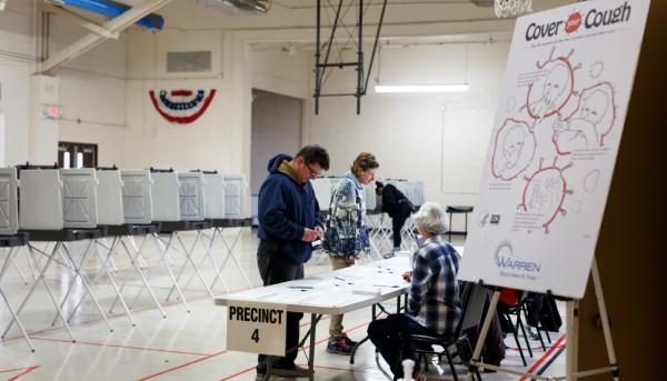 Información sobre cómo protegerse del covid-19 en la casilla de votación a la hora de votar. Foto: https://www.brennancenter.org.