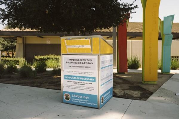 Las urnas oficiales para las elecciones de 2020 están etiquetadas de manera clara y distintiva, como esta en Boyle Heights. Foto: Chava Sánchez / LAist.
