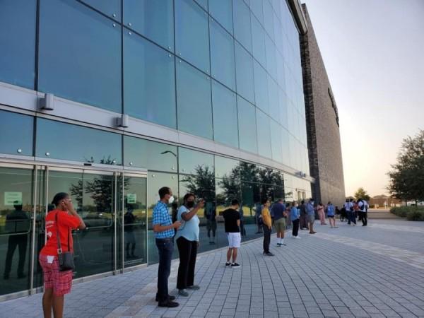 Votantes hacen fila en el Smart Financial Center en Sugar Land, a 20 millas al suroeste de Houston, Texas, en el primer día de votación anticipada. Foto: Cortesía del juez del condado de Fort Bend, KP George.