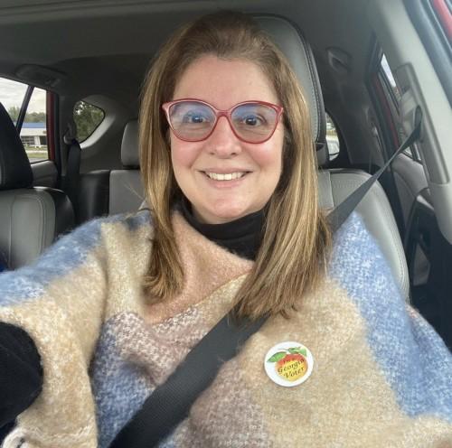 Autofoto de Clementina Bayo en su carro, rumbo a un puesto de  votación.