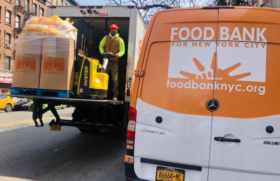 Repartidores de comida gratis para os pobres y desempleados por la pandemia de covid-19 en la ciudad de Nueva York. Foto: https://www.foodbanknyc.org.