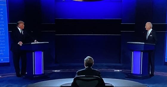 El presidente titular de Estados Unidos y candidato presidencial republicano, y el candidato presidencial demócrata y ex vicepresidente, Joe Biden, durante el primer debate entre ambos candidatos el miércoles en Cleveland, Ohio.