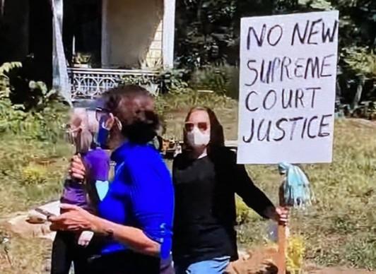 Protestan en Washington, DC, contra la nominación de la jueza Amy Coney Barrett a la Suprema corte.