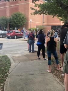 Otra de las larguísimas filas para la votación en el precinto electoral Del condado de Harris, Texas.