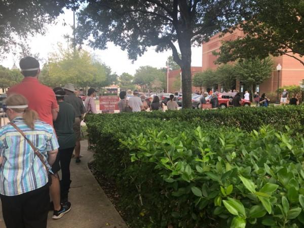 Una de las largas múltiples líneas para votar en una casilla del condado Harris, suburbio de Houston, Texas.