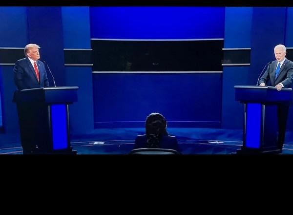 Los candidatos a la presidencia de Estados Unidos 2020, el republicano Donald Trump y su oponente demócrata Joe Biden durante su último debate en Tennessee.