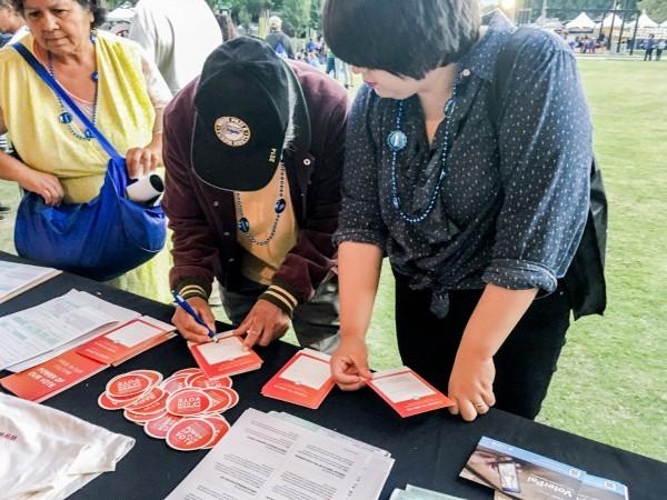 Jóvenes latinos en California se dedican a registrar votantes ya animarlos a votar temprano por correo. Foto: https://votolatino.org.