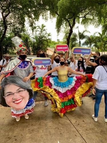 Votantes puertorriqueños en La Florida se manifiestan en apoyo a su candidato. Foto: Valeria Fernández.