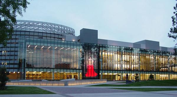 La Biblioteca Henry Madden en la Universidad Estatal de California en Fresno ha sido clasificada en el puesto 25 en una lista de las 50 bibliotecas de colegios y universidades más importantes de la nación, por College Rank. Foto: https://guides.library.fresnostate.edu.