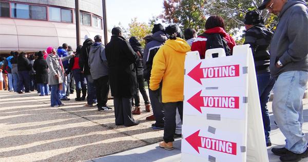 Personas haciendo fila para votar en una mesa de votación en un cuartel general de policía en el área de Anacostia en Washington, D.C. Foto: https://osce.usmission.gov.