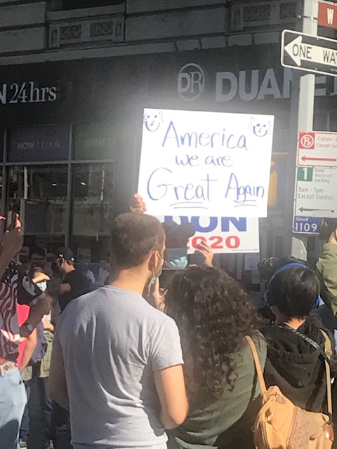 En el Uper West Side de Manhattan multitudes reían y coreaban consignas en favor de Biden-Harris.