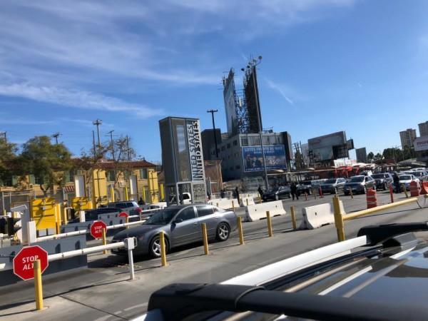 Automóviles haciendo fila para pasar de Tijuana a San Diego.