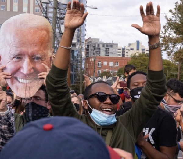 Euforia y alegría en las calles del centro de Atlanta. Miles de personas que celebraron el triunfo de Joe Biden y Kamala Harris el sábado pasado.