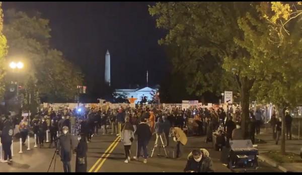 En Washington, D.C., la gente se reúne frente a la Casa Blanca para exigir que se respete el resultado de la elección presidencial que le dio el triunfo a Joe Biden, el nuevo presidente electo de Estados Unidos.