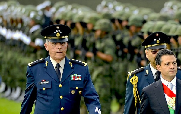 General Salvador Cienfuegos y a su derecha el expresidente de México, Enrique Peña Nieto.. Foto: https://www.riskscreen.com.