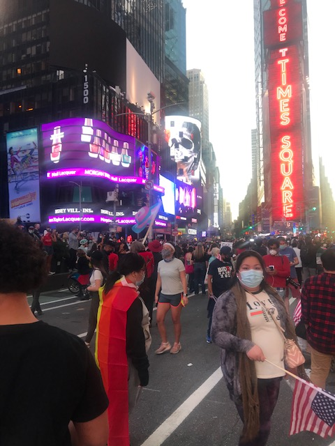 La céntrica plaza de Times Square en Nueva York se llenó este sábado 7 de noviembre con la gente que salió celebrar la proyección de Joe Biden como presidente electo de Estados Unidos, después de estar semidesierta esa plaza por la pandemia del coronavirus. Foto: Marco Vinicio González.