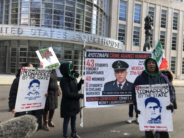 Antonio Tizapa esta fría mañana frente a la Corte federal para el Distrito Este de Nueva York, en Brooklyn. Foto. Silvia García.