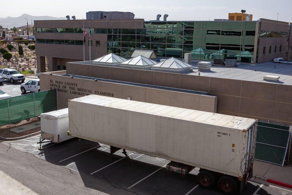 Morgues móviles afuera de la Oficina del Médico Forense del Condado de El Paso. Foto: Corrie Boudreaux / El Paso Matters.