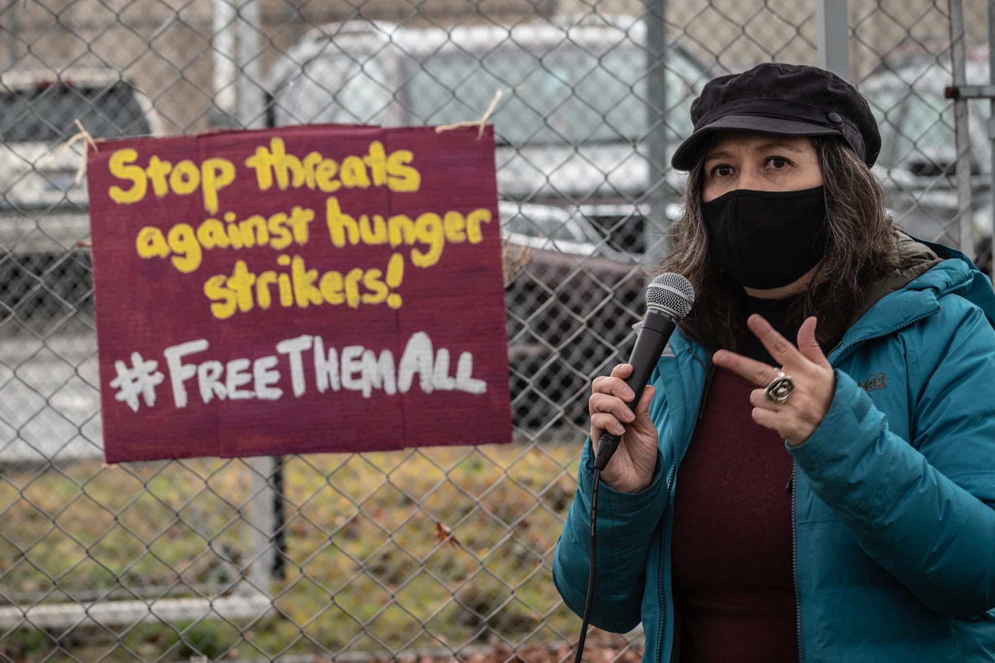 Activista del grupo La Resistencia en el Centro de Detención del Noroeste, en Tacoma, Washington, que impulsa la campaña en defensa de Víctor Fonseca. Foto: La Resistencia / Facebook.