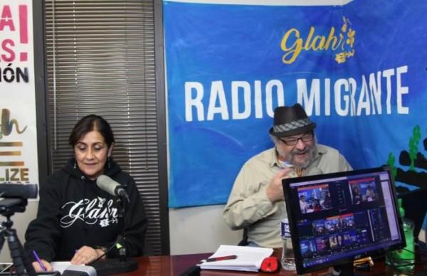La directora de la Alianza Latina pro Derechos Humanos de Georgia (GLAHR), Adelina Nicholls, y el periodista José Pérez en la nueva estación Radio Migrante ubicada en Dunwoody, Georgia. Marcelo Wheelock / http://www.noticiasxtra.com.