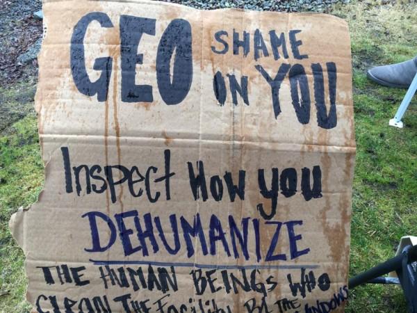 Cartel de protesta de un miembro de la comunidad de Tacoma, Washington, contra el trato a los detenidos del NWDC y el manejo de la pandemia de Covid-9 r pate de las autoridades carcelarias de ICE> Foto: La resistencia / Facebook.