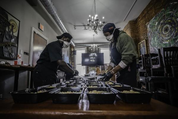 Pequeños restauranteros ahora con la pandemia sólo venden comida para recoger en el establecimiento o para repartir a domicilio. Foto: https://www.nbcnews.com.