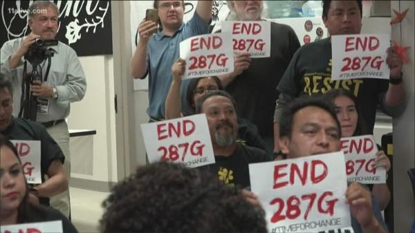Protestan en la oficina del previo alguacil de Gwinnett, que renovó su asociación con ICE . Foto: https://www.khou.com.