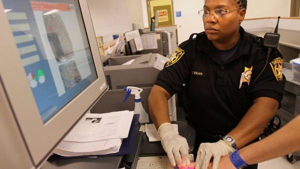 Dos alguaciles demócratas recién elegidos en Georgia confirmaron esta semana que cumplirán sus promesas de campaña y evitarán que las cárceles de los condados de Cobb y Gwinnett participen en un controvertido programa de control de la inmigración. Foto: https://www.ajc.com.