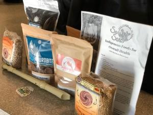 Los paquetes que regala el Colectivo Cihuapactli contienen alimentos orgánicos de comunidades indígenas como el maíz, los frijoles, pinole y café.