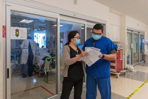 La directora de enfermería, Lea Salinas, y el enfermero Jonathan Magdaleno revisan el historial de un paciente.
