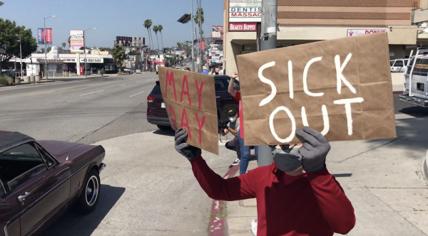 Trabajadores que perdieron su empleo en un supermercado Ralphs en Los Ángeles solicitan a la cadena una compensación por enfermedad afuera de uno de sus almacenes en Hollywood Ave. el 1 de mayo de 2020. Foto: https://ktla.com.