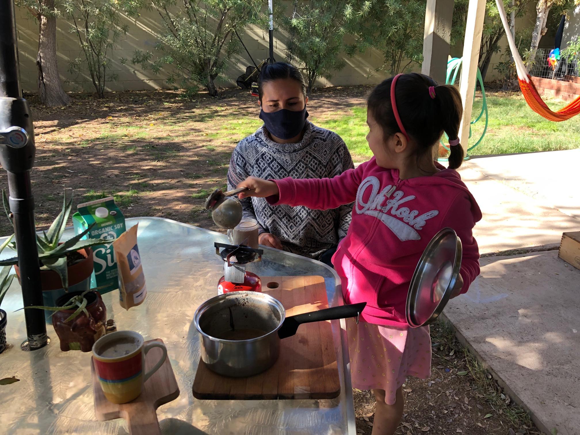 Shara Nieto y su hija Catalina de 6 años preparan atole con pinole.