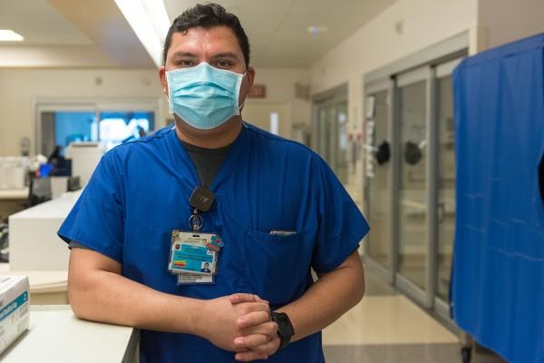 """El enfermero Jonathan Magdaleno dice que ha sido estresante trabajar en la UCI de COVID en el Centro Médico LAC+USC. """"Crecí en esta comunidad"""", explica. """"Ves a tus padres, a tus abuelos en estos pacientes, porque hablan el mismo idioma""""."""